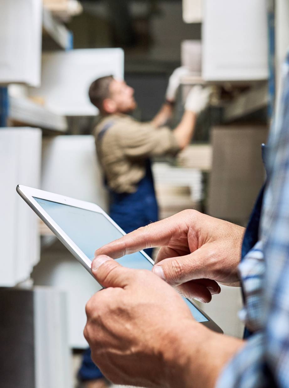 shipping warehouse manager using tablet for 3pl